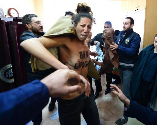 incidenti-obiljezili-izbore-u-turskoj-osmero-mrtvih-u-sukobima-aktivistice-femena-upale-gole-na-biraliste