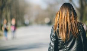 žena leđa park šetnja svjedok