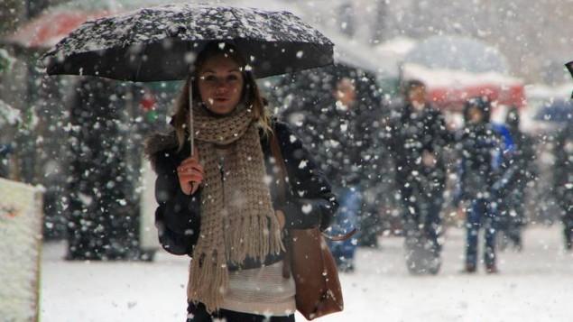 Snijeg i niske temperature stigle su u veći dio Bosne i Hercegovine. Ulice većine bh. gradova prekrivene su snježnim pokrivačem. Tako je i u glavnom gradu Sarajevu (Kemal Zorlak - Anadolu Ajansı)