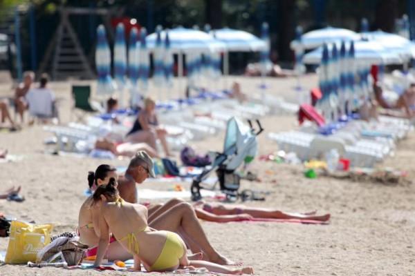 15.09.2010. Gradska Plaza, Crikvenica - Suncano i toplo vrijeme izmamilo posljednje turiste na plazu. Photo: Nel Pavletic/PIXSELL