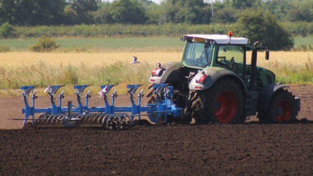traktor-na-njivi-george-c-flickr1-880x495